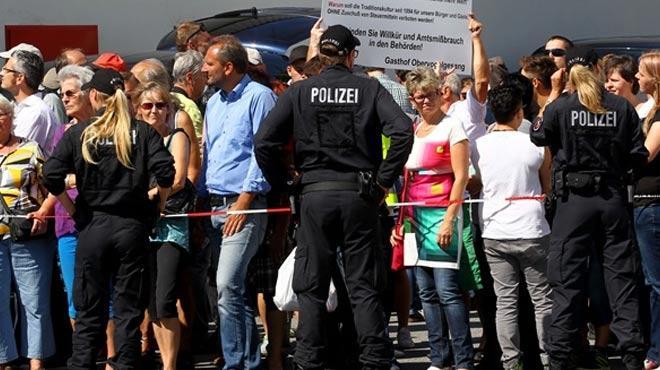 Sığınanları ziyarət edən Merkelə şok