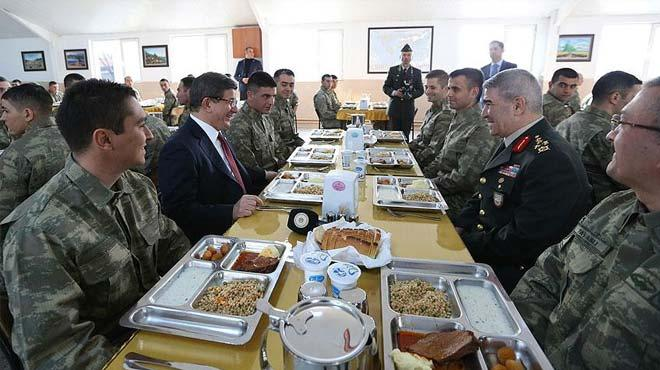 Davuto�lu askerlerle karavanada yemek yedi