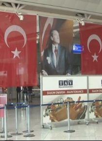 Havaliman�nda bomban�n patlad��� yere T�rk bayra�� as�ld�