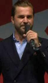 Mikrofonu eline<br> ald� ve...