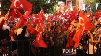 Binlerce ki�i 'demokrasi n�beti'ne devam etti