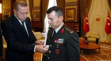 Cumhurba�kan� Erdo�an, darbeci yaverini '�ak�' ile s�nam��
