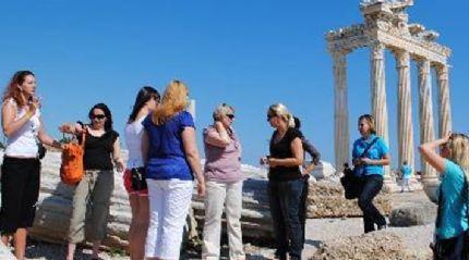 Yunanistan'da turist sayısı arttı, gelir düştü