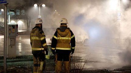 İsveç'te göstericiler araçları ateşe verdi