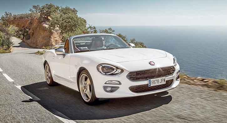 Fiat+124+Spider%E2%80%99in+%C3%BCst%C3%BC+fuarda+a%C3%A7%C4%B1l%C4%B1yor