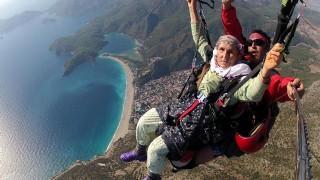 87 yaşındaki kadının yamaç paraşütündeki görüntülerine yoğun ilgi görüyor