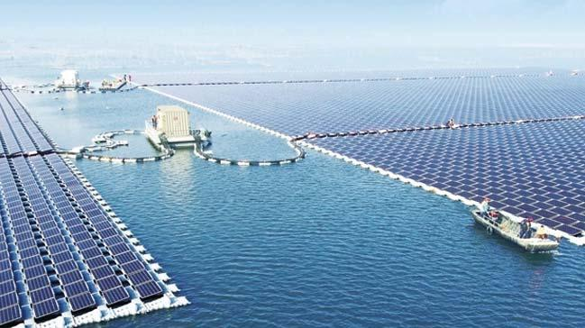 Su üzerinde yüzen dünyanın en büyük enerji tesisi kuruldu