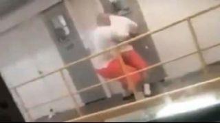 Kavga ettiği mahkumu  aşağı böyle attı