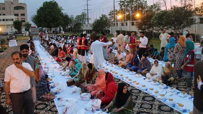 Türk Kýzýlayý, Pakistan'ýn baþkenti Ýslamabad'da 500 kiþiye iftar verdi