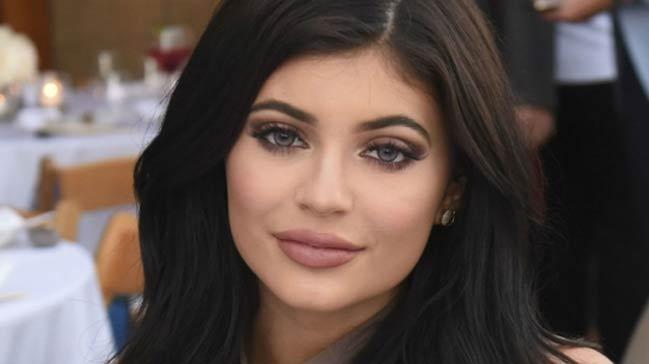 Kylie+Jenner%E2%80%99in+sahte+ruju+dudaklar%C4%B1n%C4%B1zdan+edebilir