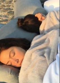 Ünlü şarkıcı sokakta uyudu!