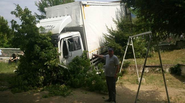 Bursa'da freni boşalan kamyon sitenin çocuk bahçesine daldı