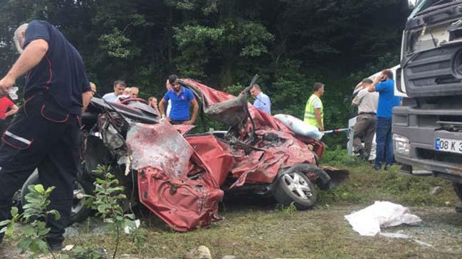 Artvin'de kamyon ile otomobil çarpıştı: 3 ölü, 3 yaralı