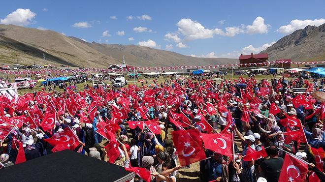 Ovit Yaylası'nda 20 bin Türk bayrağı dalgalandı, şehitler için balonlar uçuruldu