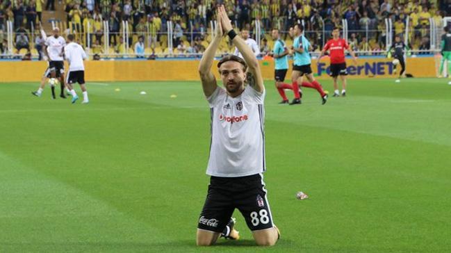 Caner Erkin derbi öncesi Beşiktaş tribünlerini dizlerinin üzerine çökerek selamladı