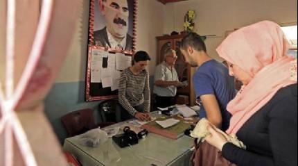 Büyük rezillik! Teröristbaşı Öcalan posteri önünde...
