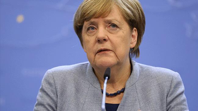 Merkel AB Zirvesi'nde yalnız kaldı