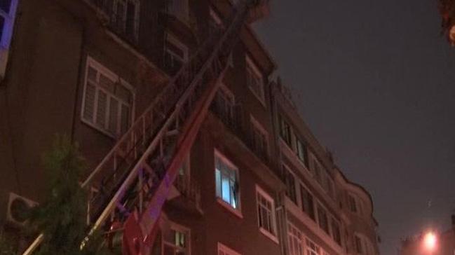 Bağcılar'da boş binanın çatısı yandı