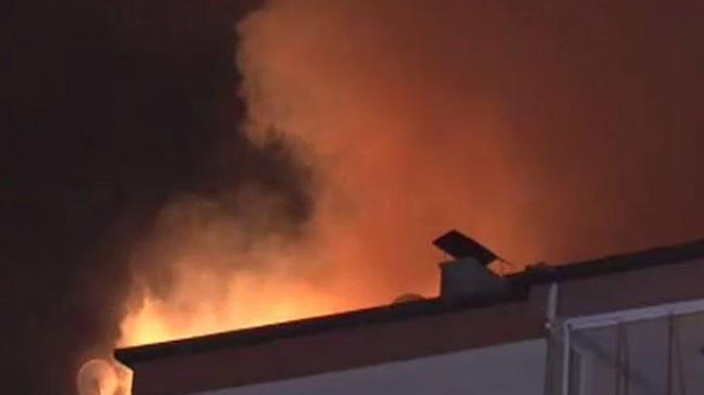 Binanın çatısında çıkan yangın korku dolu anlar yaşattı