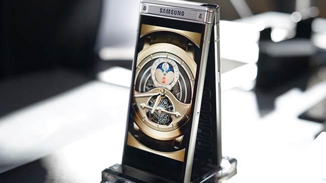 Samsung%E2%80%99un+kapakl%C4%B1+ak%C4%B1ll%C4%B1+telefonu+W2018+tan%C4%B1t%C4%B1ld%C4%B1