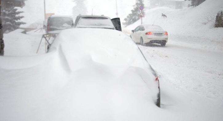 Uludağ'daki kar yağışı ulaşımda aksamalara neden oluyor