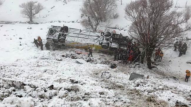 Muş'ta yolcu otobüsü devrildi