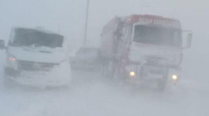 Kar yağışı nedeniyle yolda kalan 80 araç kurtarıldı