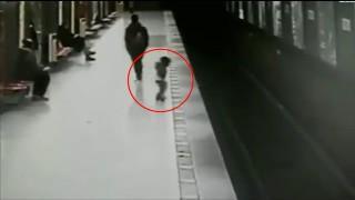 Metroda korku dolu anlar! Raylara düşen çocuk...