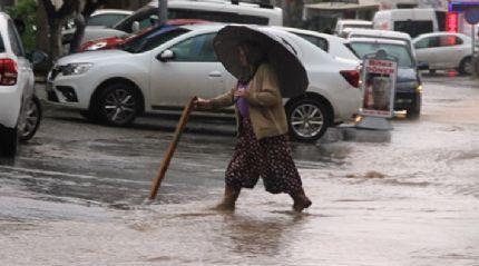 Bodrum'da 15 dakika yağan yağmur sokakları göle çevirdi