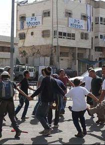 Yahudi yerleşimciler Filistinli ilkokul öğrencilerine saldırdı