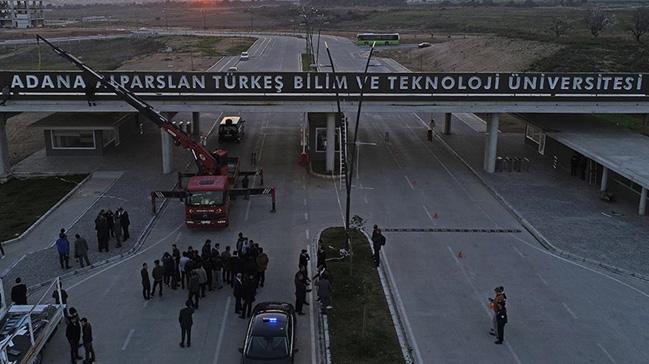 Adana Alparslan Türkeş Bilim ve Teknoloji Üniversitesinin kampüs girişine yeni tabela asıldı