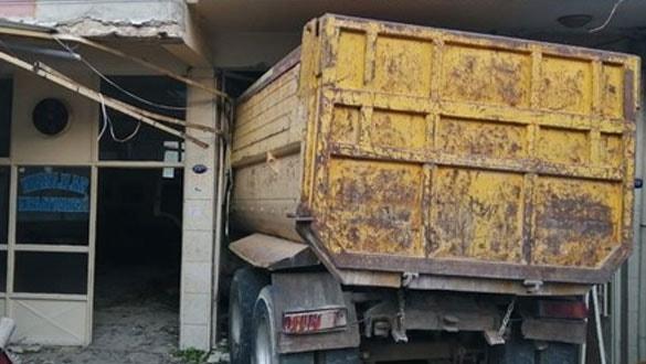 İzmir'de kamyon kıraathanenin içine girdi: 6 yaralı