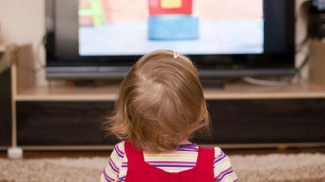 TVden gözünü ayırmayan bebekte gelişim geriliği şüphesi