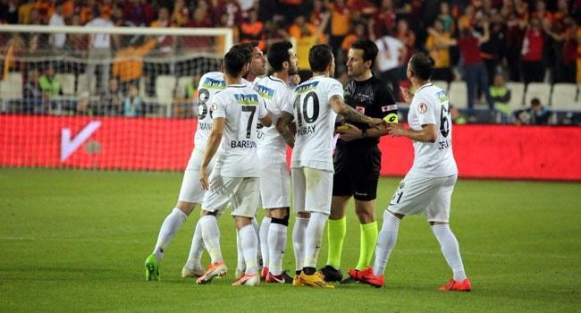 Akhisarsporlu futbolcular madalya törenine çıkmadı