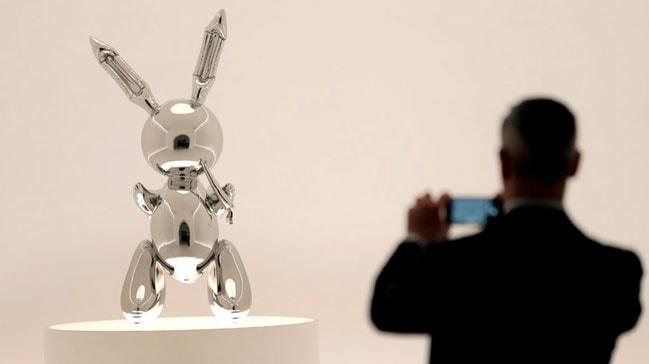 ABD'li heykeltraþ Jeff Koons'un 'Tavþan' heykeli rekor fiyata satýldý