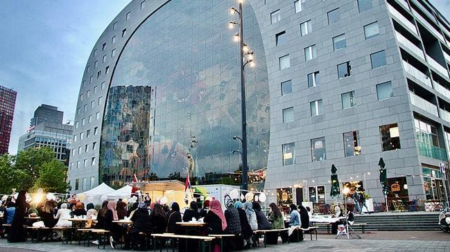 Hollanda'da üniversitelilerin sokak iftarına yaklaşık 200 kişi katıldı