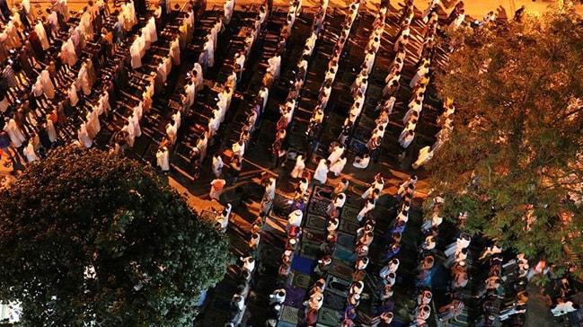 Sengalliler Kadir Gecesi'nin ardından teheccüd namazı için sokakları doldurdu