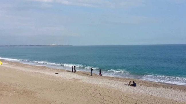 Antalya'da pes dedirten olay! Cesedin yanında denize girdiler
