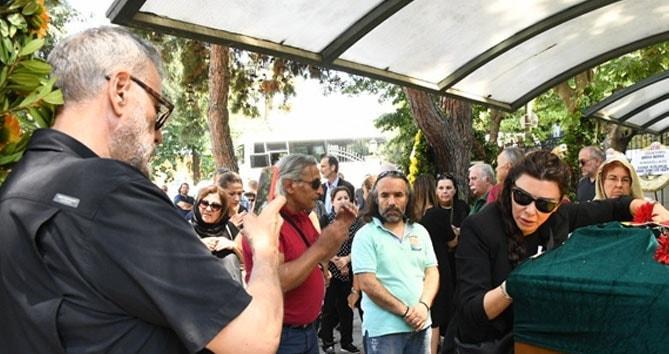 Hamdi Alkan cenaze tabutuna sarılan eşinin fotoğrafını çekti