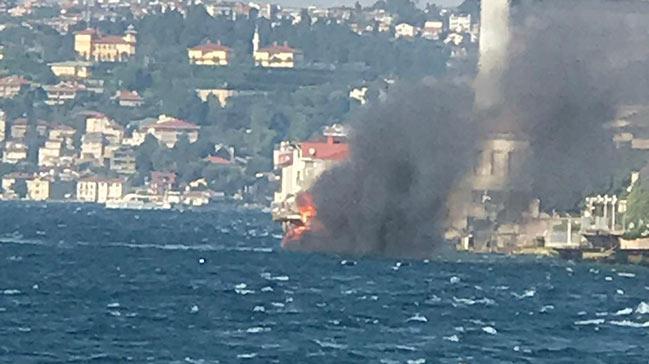 Son anda denize atladılar! İstanbul Boğazı'nda yatta yangın