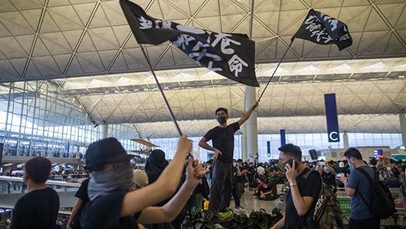 Protestocular havalimanını bastı! Uçuşlar iptal edildi