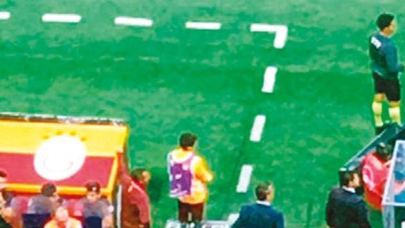 Arena'da ilginç olay... Top toplayıcı çocuk oyundan atıldı