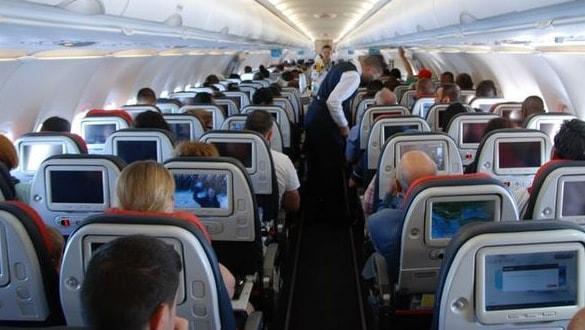 Uçakta ilginç olay! Hostesi ısırdı