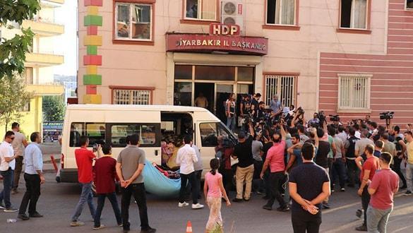 HDP binasından çıkarılan battaniyelere ailelerden sert tepki