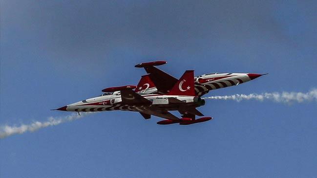 İstanbul semaları TEKNOFEST'teki uçuş gösterileriyle renklendi