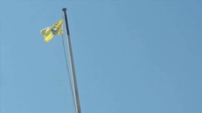 Başkan Erdoğan uyarmıştı! YPG/PKK'nın bayrak oyunu... Birini indirip diğerini astılar