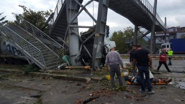 Pamukova'da TIR durağa daldı: 2 ölü, 4 yaralı