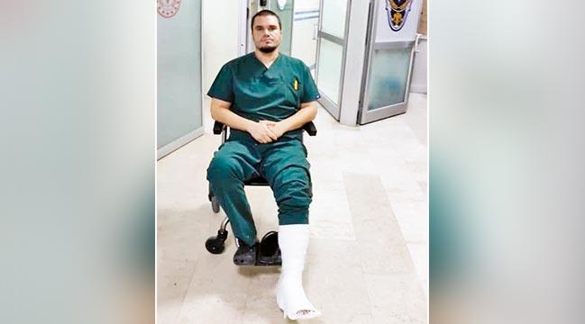 Acil serviste doktorun bacağını kırdılar!