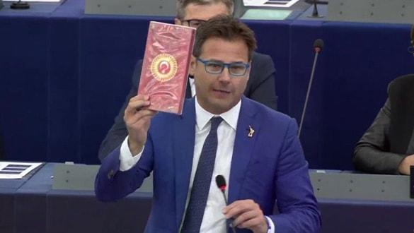İtalyan vekil parlamentoda haddini aştı! Türk çikolatasını fırlattı