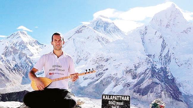Genç Türk gezgin Everest'te saz çaldı